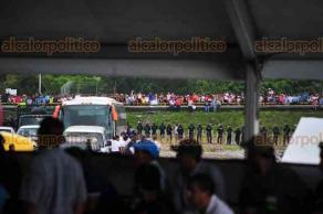 Misantla, Ver., 22 de marzo de 2018.- Manifestantes tomaron el puente durante el evento del presidente de la República, Enrique Peña Nieto, llegaron los granaderos.