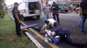 Xalapa, Ver., 22 de marzo de 2018.- Hombre de aproximadamente 35 años de edad resultó con posible fractura de tobillo, después de ser atropellado sobre la carretera Xalapa-Veracruz, a la altura de Las Trancas. Intentó cruzar el arroyo vehicular bajo el puente peatonal.