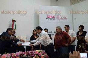Xalapa, Ver., 23 de marzo de 2018.- Con una hora de retraso, Cuitláhuac García, llegó a la sede del OPLE para registrarse como candidato a la gubernatura del Estado.