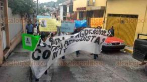 Papantla, Ver., 23 de marzo de 2018.- Parte del cortejo fúnebre que acompaña el féretro del periodista Leobardo Vázquez Atzin; reporteros aprovecharon para manifestarse y exigir justicia.