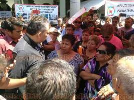 Xalapa, Ver., 18 de abril de 2018.- El director de Gobernación, Ulises Ponce, salió a dialogar con tianguistas inconformes que mantienen protesta al pie del Palacio Municipal.