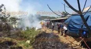 Xalapa, Ver., 18 de abril de 2018.- Al mediodía de este miércoles se registró un incendio en la avenida Arco Sur, en un terreno ubicado enfrente del COBAEV; Bomberos y locatarios ayudan a controlar el fuego.