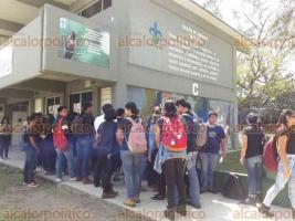 Coatzacoalcos, Ver., 18 de abril de 2018.- Al término de la entrega de reconocimientos de calidad a 4 programas educativos, incluido el de Biotecnología, estudiantes de esta carrera protestaron en evento encabezado por la Rectora.
