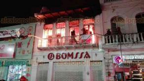 Veracruz, Ver., 18 de abril de 2018.- La noche de este miércoles se registró un incendio en una tienda de la calle 5 de Mayo, entre Esteban Morales y Arista, en el Centro Histórico. A las 21:00 horas elementos de Bomberos lograron controlar el fuego.