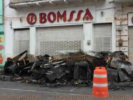 Veracruz, Ver., 19 de abril de 2018.- Así amaneció la mueblería que la noche de este miércoles se incendió en la calle 5 de Mayo, entre Arista y Morales; sobre la calle y banqueta están amontonados los electrodomésticos quemados.