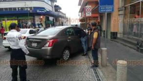 Xalapa, Ver., 19 de abril de 2018.- Un conductor en aparente estado de ebriedad chocó contra un bolardo en la calle Ignacio Zaragoza esquina con Nicolás Bravo, en pleno Centro de la ciudad.