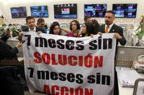 Ciudad de México., 19 de abril de 2018.- Diputados del PRD protestaron en San Lázaro para exigir apoyo para los damnificados del sismo del 19 de septiembre.