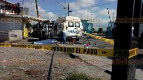 Xalapa, Ver., 21 de abril de 2018.- Hombre de 76 años de edad murió de un infarto mientras caminaba sobre la avenida Acueducto, en la colonia Lomas de San Roque, a la altura de la caja de agua. Paramédicos se movilizaron e intentaron salvarle la vida.