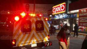 Xalapa, Ver., 21 de abril de 2018.- Paramédicos y elementos policiacos se movilizaron al Oxxo de la avenida Lázaro Cárdenas, cerca de Chedraui Caram, luego que empleados reportaran la agresión a un joven, quien se refugió de delincuentes, en la sucursal.