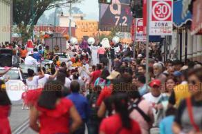 Xalapa, Ver., 22 de abril de 2018.- Junta de Mejoras Xalapa desfiló sobre la calle Enríquez; la circulación en la avenida fue bloqueada por unos minutos.