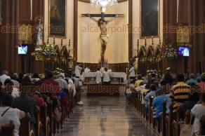 Xalapa, Ver., 22 de abril de 2018.- Como cada domingo, el arzobispo de Xalapa, Hipólito Reyes Larios, ofició la misa en la Catedral Metropolitana, recordó la muerte de tres sacerdotes en el país, en esta semana, dos de ellos ejecutados.