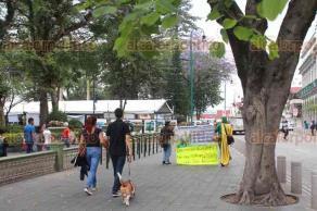 Xalapa, Ver., 22 de abril de 2018.- El luchador Ecologista Universal se manifestó en el Centro de la capital; expresó que en esta Día Mundial de la Tierra no hay nada que festejar, pues el hombre y las industrias siguen contaminando.