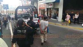Xalapa, Ver., 22 de abril de 2018.- Elementos de la Policía Estatal, apoyados por oficiales de Tránsito del Estado, detuvieron a un sujeto en aparente estado de ebriedad que fue detenido por alterar el orden y daños a propiedad privada, luego de pelear en la esquina de Juárez y Lucio, en el Centro de la capital.