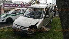 Xalapa, Ver., 22 de abril de 2018.- El conductor de un vehículo Peugeot perdió el control mientras circulaba sobre la carretera Xalapa-Veracruz, a la altura de Las Trancas. Chocó contra una base de concreto y se salió del camino, no se reportaron lesionados.