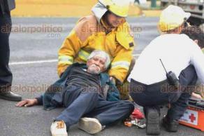 Xalapa, Ver., 23 de abril de 2018.- En la avenida Lázaro Cárdenas Hombre de la tercera edad fue golpeado por un camión del transporte público, paramédicos de Protección Civil y Bomberos auxiliaron al lesionado.