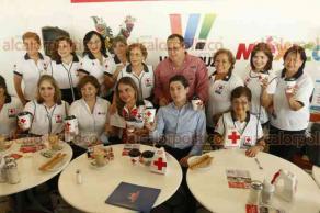 Boca del Río, Ver., 23 de abril de 2018.- La Cruz Roja Delegación Veracruz recibió un donativo de 25 mil pesos por parte del Café de La Parroquia, además de la edición de un vaso conmemorativo.