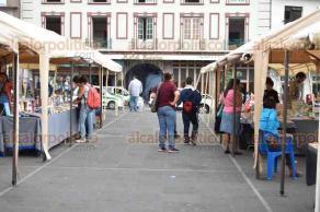 Xalapa, Ver., 23 de abril de 2018.- Este lunes se celebra el Día Internacional del Libro. Xalapeños compran sus libros en la feria instalada en Plaza Lerdo.