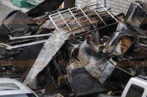 Veracruz, Ver., 23 de abril de 2018.- A cinco días de haberse incendiado una mueblería en la calle 5 de Mayo, entre Esteban Morales y Arista, los muebles quemados siguen obstruyendo la banqueta.