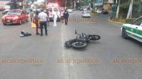 Xalapa, Ver., 24 de abril de 2018.- Derrapa motociclista sobre Ávila Camacho a la altura de Los Tecajetes y atropella a adulto mayor, paramédicos de la Cruz Roja atendieron a los involucrados.
