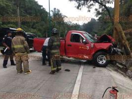 Coatepec, Ver., 24 de abril de 2018.- El conductor de una camioneta Ford perdió el control y se impactó contra un poste, sobre la carretera Xalapa-Coatepec. Paramédicos de SSP lo atendieron en el lugar del percance.