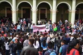 """Xalapa, Ver., 25 de abril de 2018.- Integrantes del Frente Nacional de Estudiantes Revolucionarios """"Rafael Ramírez"""" (FNERRR) marcharon por calles del Centro de la ciudad, cerraron por unos minutos la vialidad en la calle Enríquez."""