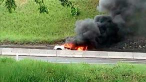 Emiliano Zapata, Ver., 25 de abril de 2018.- Se incendia vehículo sobre la carretera Veracruz-Xalapa, a la altura de Cerro Gordo; al parecer los tripulantes seguían a bordo.
