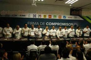 Veracruz, Ver., 25 de abril de 2018.- Representantes de partidos políticos, participaron en la Firma de Compromisos por la Transparencia en Veracruz. Al evento acudieron autoridades del IVAI y el OPLE, además de los dirigentes estatales de los partidos PRI y MORENA y, el Comisionado Presidente del INAI.