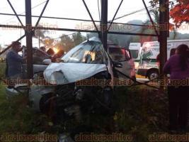 Coatepec, Ver., 25 de abril de 2018.- Otro accidente este miércoles lluvioso en la carretera Xalapa-Coatepec, a la altura de Los Arenales, dejó ahora una persona muerta. Automóvil chocó contra estructura de espectacular. Horas antes, en el mismo sitio, taxi volcó.