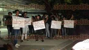 Boca del Río, Ver., 25 de abril de 2018.- La noche de este miércoles, jóvenes organizaron una vigilia afuera de la USBI, por los estudiantes de Cine asesinados en Jalisco.