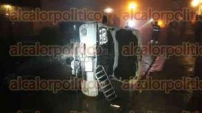 Xalapa, Ver., 25 de abril de 2018.- Un vehículo terminó sobre uno de sus costados al accidentarse en la calle Norberto Martines, casi esquina Pípila, la noche de este miércoles. De acuerdo a lo reportado, no hubo personas heridas.