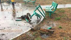 Veracruz, Ver., 26 de abril de 2018.- La mañana de este jueves un rayo partió una banca ubicada en el parque del honguito, en el fraccionamiento Geo Villas