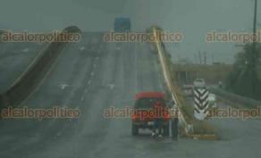 Veracruz, Ver., 26 de abril de 2018.- La fuerte lluvia que cayó la mañana de este jueves provocó encharcamientos en calles y carreteras del municipio. Como consecuencia, varios vehículos quedaron varados.