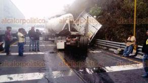Maltrata, Ver., 26 de abril de 2018.- Ante la espesa niebla, automóviles y tráileres chocaron la tarde de este jueves en la autopista Puebla-Veracruz, a la altura de los túneles de Las Cumbres de Maltrata. Dos personas resultaron heridas.