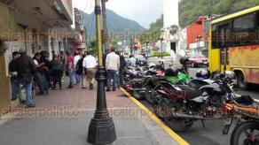 Orizaba, Ver., 26 de abril de 2018.- Motociclistas se manifestaron en la Delegación de Tránsito, para exigir más espacios de estacionamiento y denunciar agresiones de algunos elementos durante operativos.