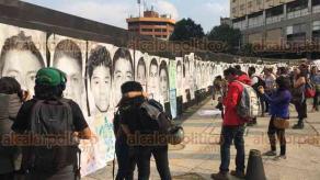 Ciudad de México, 26 de abril de 2018.- Cientos de personas, familiares y estudiantes marcharon por los 43 meses de la desaparición forzada de los 43 normalistas de Ayotzinapa y en solidaridad con los tres estudiantes de Cine asesinados en Jalisco.