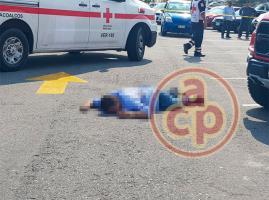 Coatzacoalcos, Ver., 19 de mayo de 2018.- La tarde de este sábado un hombre fue ejecutado afuera del estacionamiento de la tienda Sam's; quedó tendido en el suelo junto a una camioneta roja; agresores lograron huir.
