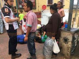 """Xalapa, Ver., 19 de mayo de 2018.- Una joven que observaba el """"Desfile de las Flores"""" se desmayó sobre la avenida Ávila Camacho, a la altura de Betancourt; rápidamente fue atendida por paramédicos de la Cruz Roja."""
