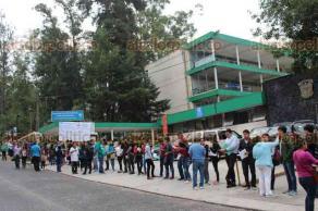 Xalapa, Ver., 20 de mayo de 2018.- Por segundo día, en las diferentes facultades de la Universidad Veracruzana, desde temprana hora jóvenes hicieron fila para presentar el examen de admisión.