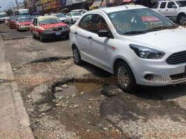 Veracruz, Ver., 20 de mayo de 2018.- La calle Miguel hidalgo en el Centro Histórico requiere intervención urgente para la reparación de baches y hundimientos. Una de las partes más afectadas es la que colinda con la calle Hernán Cortés.