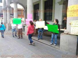 Xalapa, Ver., 21 de mayo de 2018.- Empleados de Ejecución fiscal protestan afuera del Palacio Municipal. Denuncian abusos laborales y falta de pago de parte de dicha dependencia del gobierno municipal.