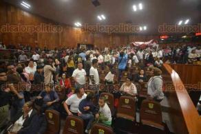 Xalapa, Ver., 21 de mayo de 2018.- Activistas LGBT se manifestaron en el Congreso local en rechazo a la iniciativa de Más Vida, Más Familia. Integrantes de dicha organización se fueron disgustados luego de que su propuesta fue retirada de la orden del día.