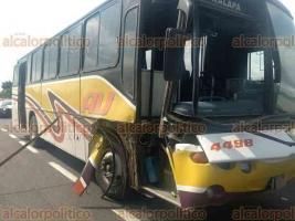 Emiliano Zapata, Ver., 22 de mayo de 2018.- Autobús de la empresa AU chocó por alcance contra un camión de carga, al parecer el conductor se quedó dormido; sobre la carretera Xalapa-Veracruz, a la altura de Corral Falso, no se reportan lesionados.