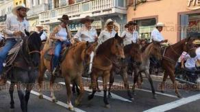 Veracruz, Ver., 22 de mayo de 2018.- A lo largo de las avenidas Independencia y 5 de Mayo se desarrolló la tradicional Cabalgata Ylang Ylang; al final del recorrido personal de Limpia Pública retiró las heces fecales de los equinos.