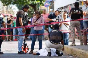 Boca del Río, Ver., 24 de mayo de 2018.- En la avenida Vía muerta, dos trabajadores que realizaban trabajos de reencarpetado, cayeron en una alcantarilla, los arrastró la corriente y ambos fallecieron.
