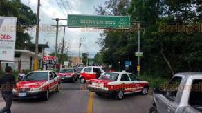 Xico, Ver., 24 de mayo de 2018.- Taxistas de Xico de nuevo bloquearon la entrada al municipio, en protesta por el cambio de vialidad implementado por la Alcaldesa en las calles Miguel Hidalgo y Vicente Guerrero; se retiraron luego de un par de horas.