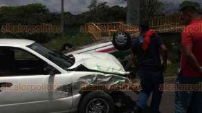 Coatepec, Ver., 25 de mayo de 2018.- Choque entre auto y taxi en el libramiento a la altura del recinto ferial. Por el impacto la unidad de servicio de alquiler terminó volcada.