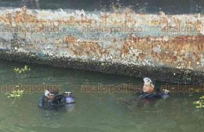 Boca del Río, Ver., 25 de mayo de 2018.- El casco de la embarcación se encuentra prácticamente enterrado en el fondo del Río Jamapa, ingenieros de Talleres Navales del Golfo estudian la maniobra que implementarán.