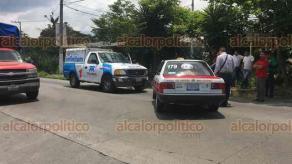 Coatepec, Ver., 25 de mayo de 2018.- Choque entre taxi y camioneta de TELMEX sobre la carretera Coatepec-Xico, a la altura del destacamento de la Fuerza Civil, al parecer el taxi invadió el carril contrario de circulación, no se reportan lesionados.