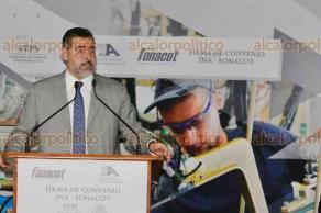 Ciudad de México, 25 de mayo de 2018.- El director de FONACOT, César Martínez y Óscar Albín, presidente de la Industria Nacional de Autopartes, firmaron un convenio para otorgar créditos a trabajadores del sector.