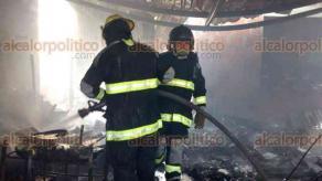 Veracruz, Ver., 25 de mayo de 2018.- En la colonia La Pochota un fuerte incendio arrasó con una vivienda, sus moradores se salvaron. Al parecer, el siniestro derivó de una fuga de gas.